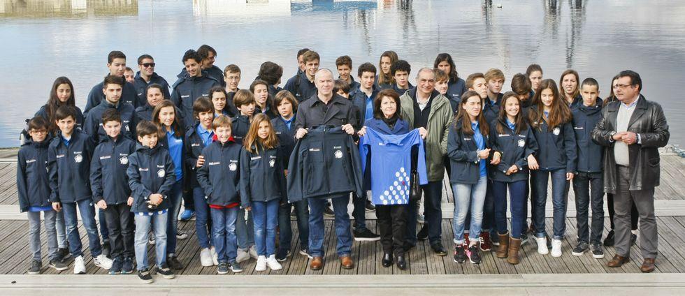 Foto de familia de los regatistas y representantes de la Diputación, Federación y Concello ayer en el CGV.