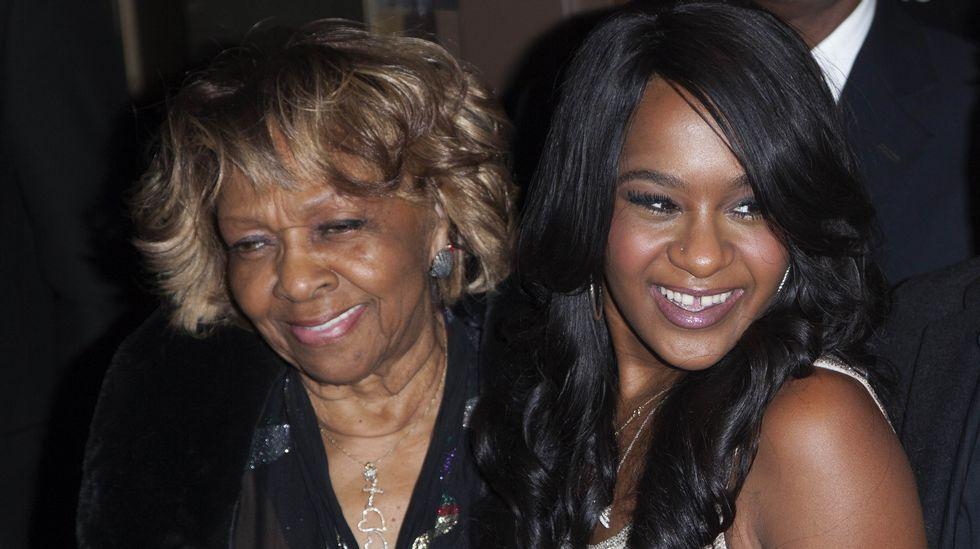 Bobbi Kristina, junto a su abuela en una imagen de archivo