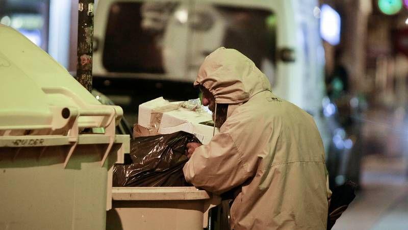 La Policía Judicial recoge pruebas en el lugar donde murió tiroteado Moisés González, en Moaña.