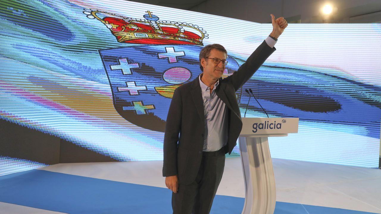 Núñez Feijoo se suma al adelanto electoral y hace coincidir los comicios gallegos con los vascos.El presidente del Gobierno, Pedro Sánchez (centro), posa con su nuevo Gabinete  en el palacio de la Moncloa antes del primer consejo de ministros celebrado el martes 14 de enero