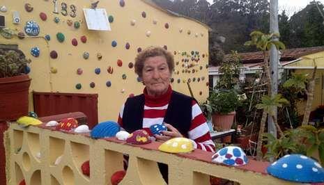 Consuelo Fontenla personalizó su vivienda en Teis y la convirtió en un atractivo en el barrio.
