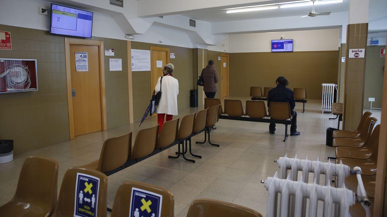Sala de espera en un ambulatorio de Pontevedra, casi sin pacientes por el protocolo anticovid