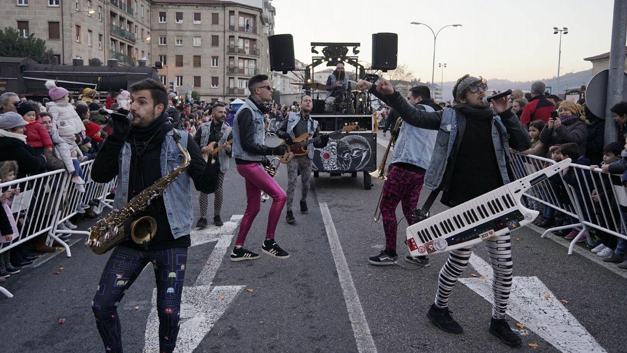 Cabalgata de Reyes de Ourense.Miles de personas salieron a las calles de Ourense para recibir a sus majestades de Oriente pese al frío
