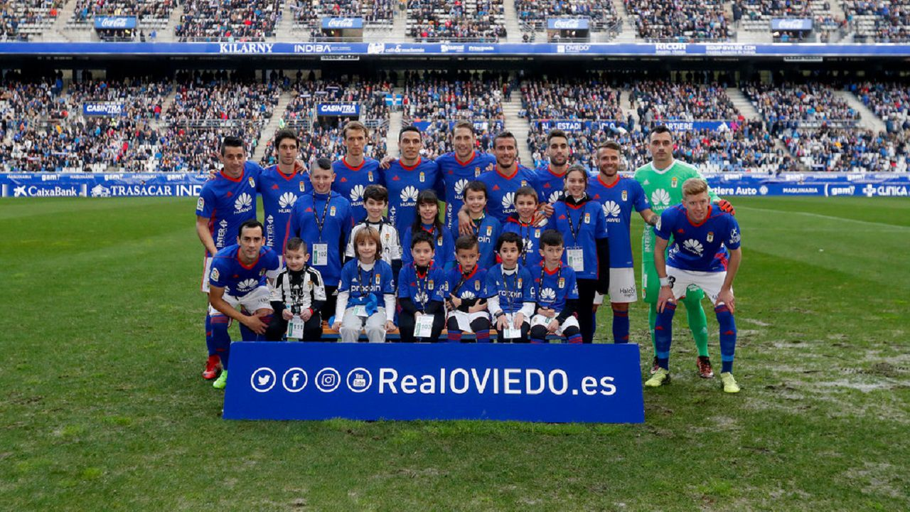 Alineacion Real Oviedo Albacete.Los jugadores del Real Oviedo posan con un grupo de aficionados