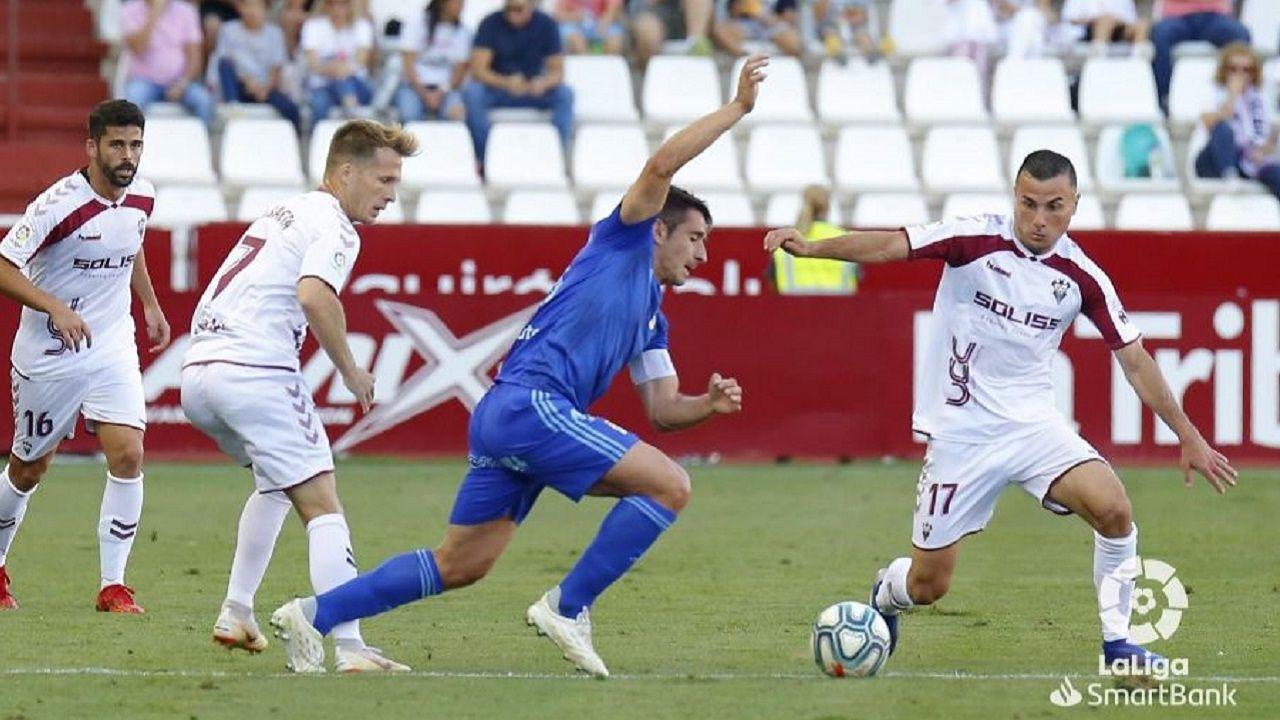Saul Berjon SusaetaAzamoum Albacete Real Oviedo Carlos Belmonte.Saúl Berjón trata de llevarse un esférico ante Susaeta y Azamoum