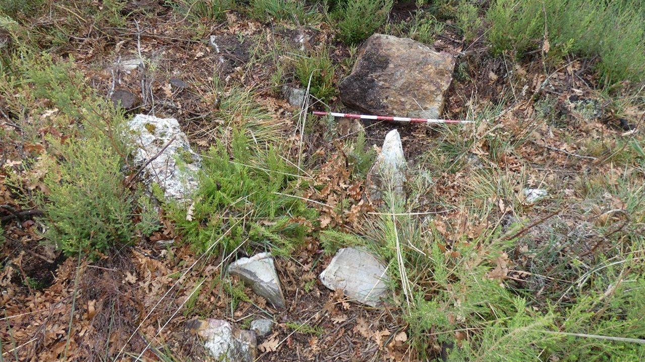 Restoa do dolmen atopado nas cumbres dos Ancares
