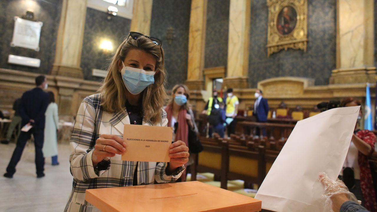 La ministra Yolanda Díaz votando en su colegio del barrio de Chamberí