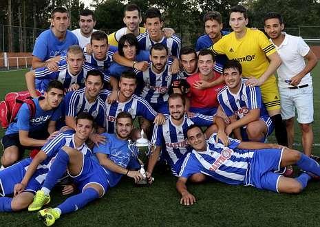 Los componentes del Club Deportivo Baio posando con el trofeo conquistado en San Andrés.