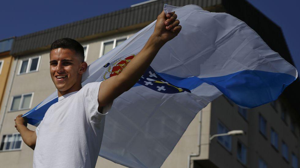 Sergio, en el paseo marítimo de O Temple, con una bandera gallega.