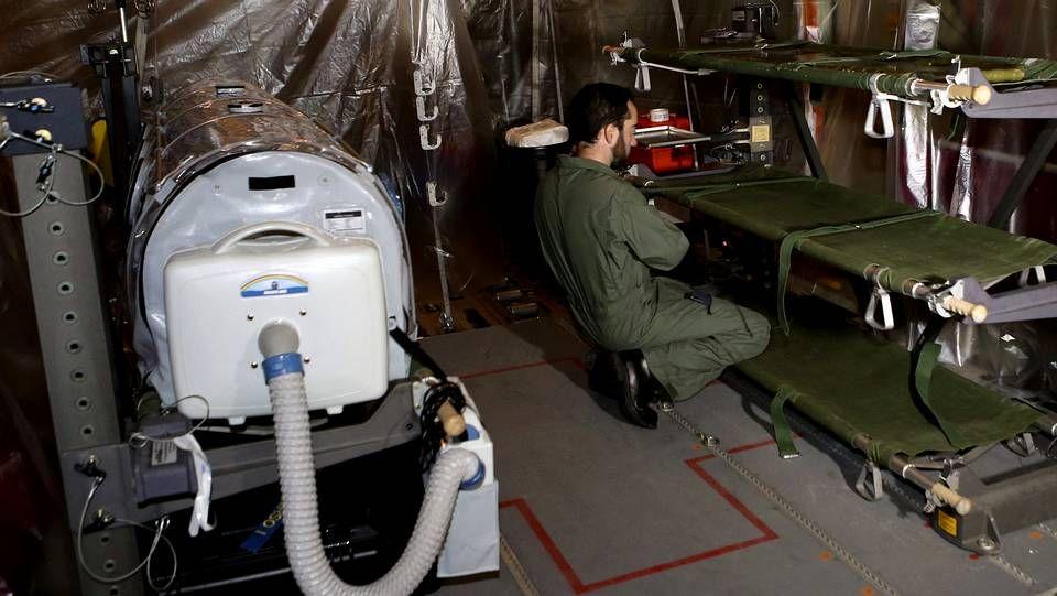 Camilla instalada en el interior del avión que traslada a García Viejo