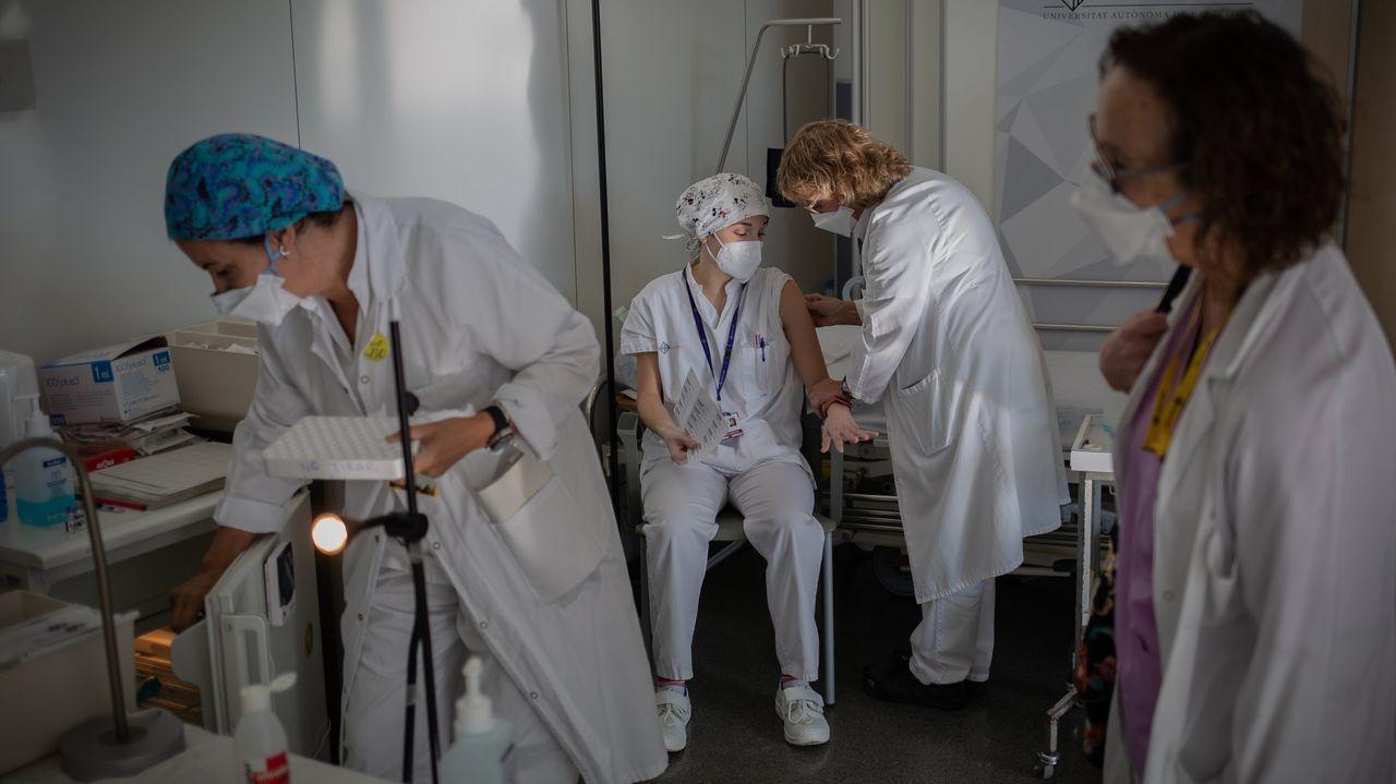 Sanitarias vacunándose en el hospital San Pau de Barcelona