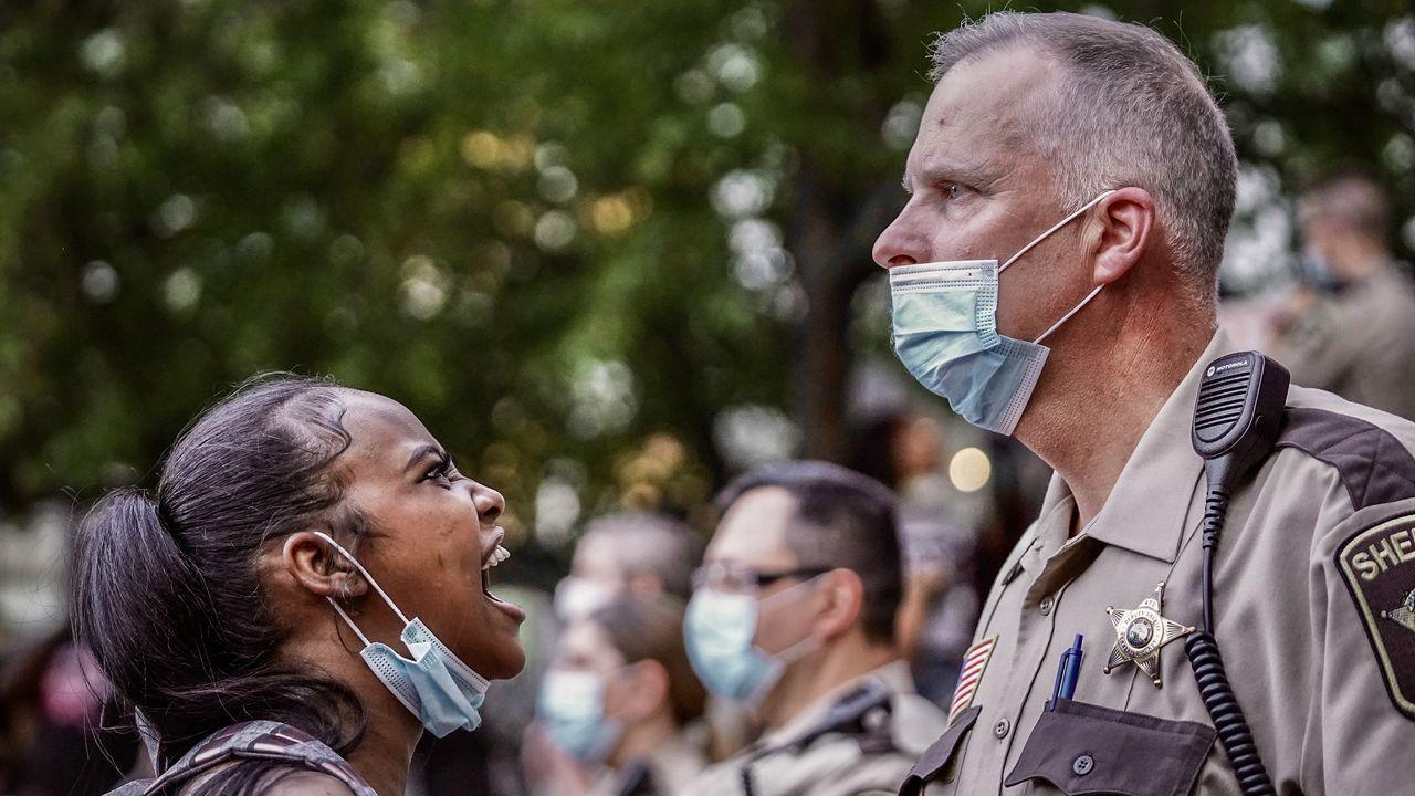 Un manifestante grita a un o policía durante una protesta en Minneapolis