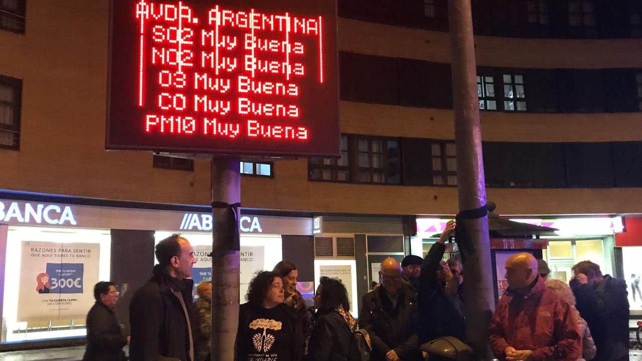 Miembros de la plataforma contra la contaminación de Xixón, ayer, colocando lazos negros en la zona oeste