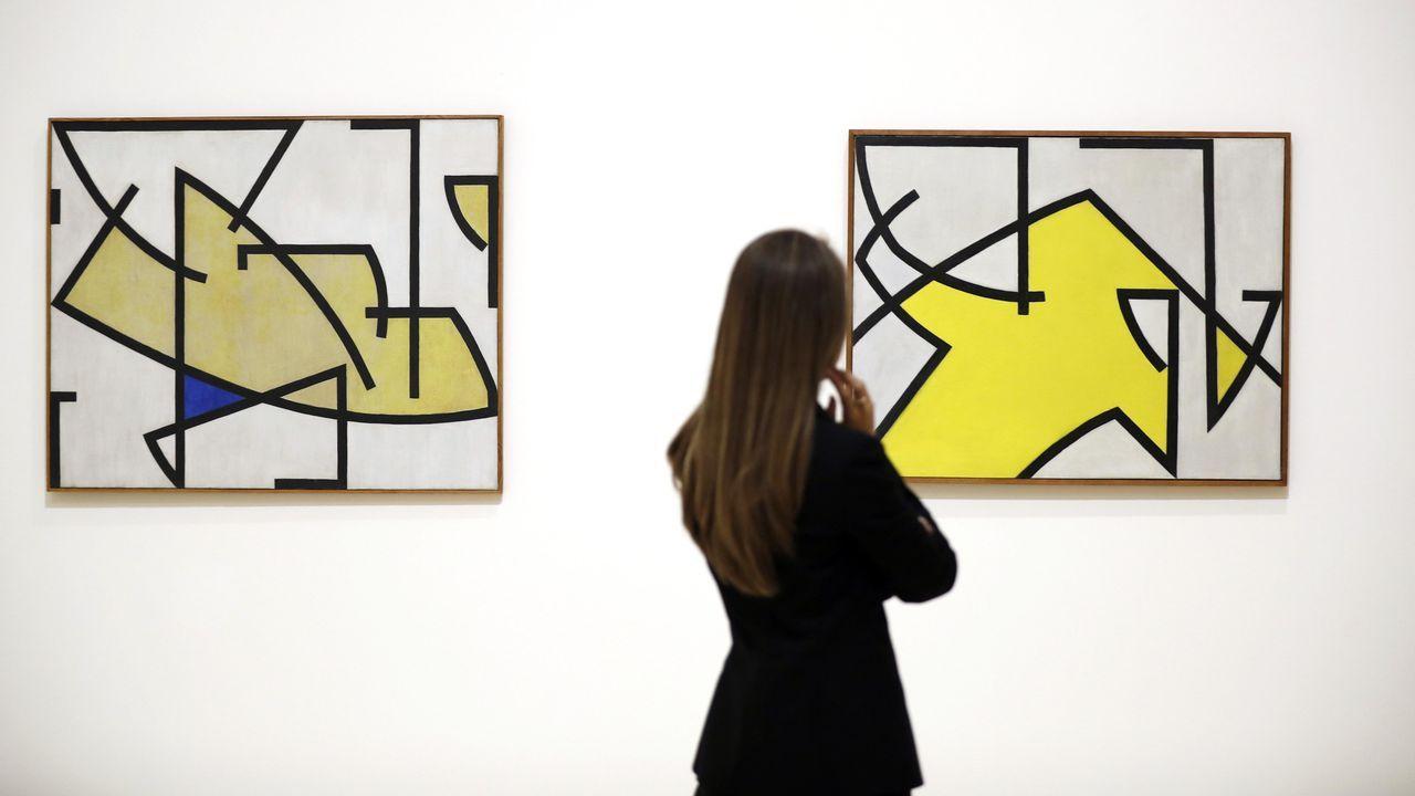 Una mujer observa dos obras sin título de Soto en el Guggenheim de Bilbao