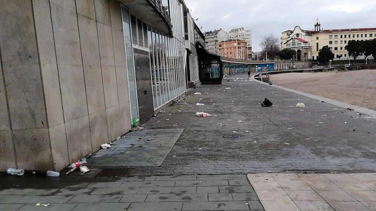 orzan.Operarios de limpieza en le botellón de los jardines de Méndez Núñez