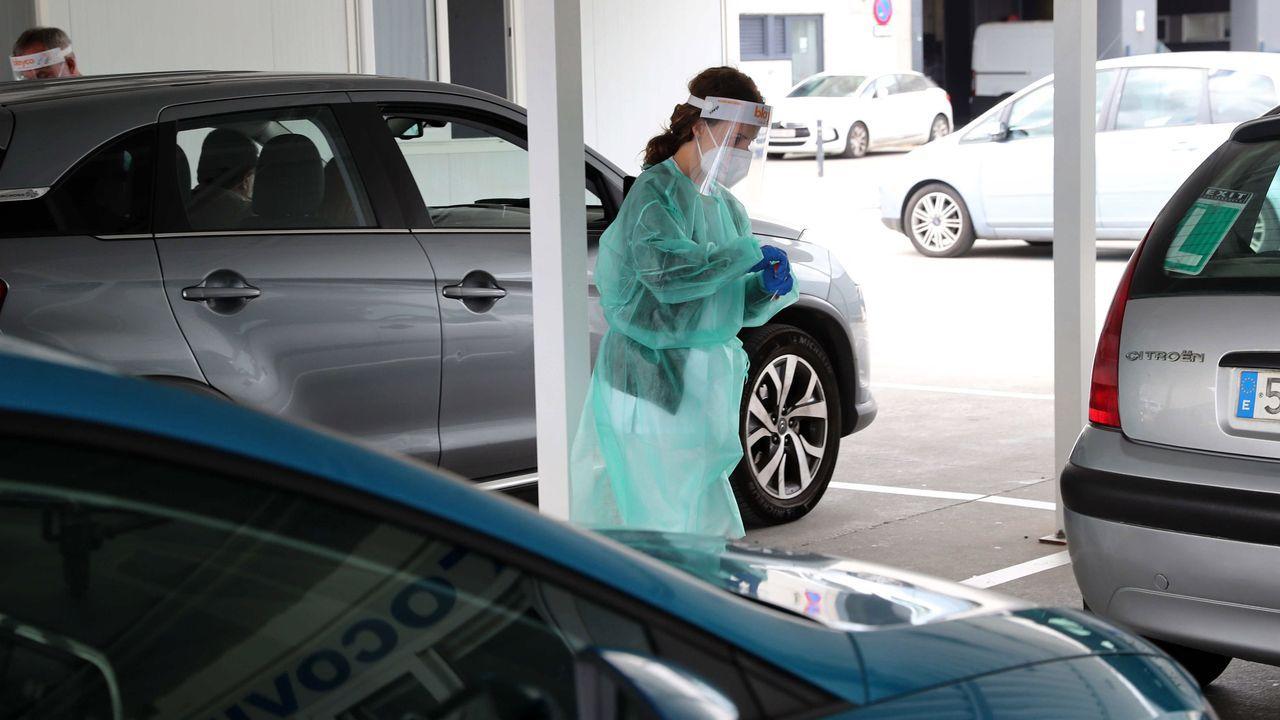 Una enfermera hace pruebas PCR en el HUCA