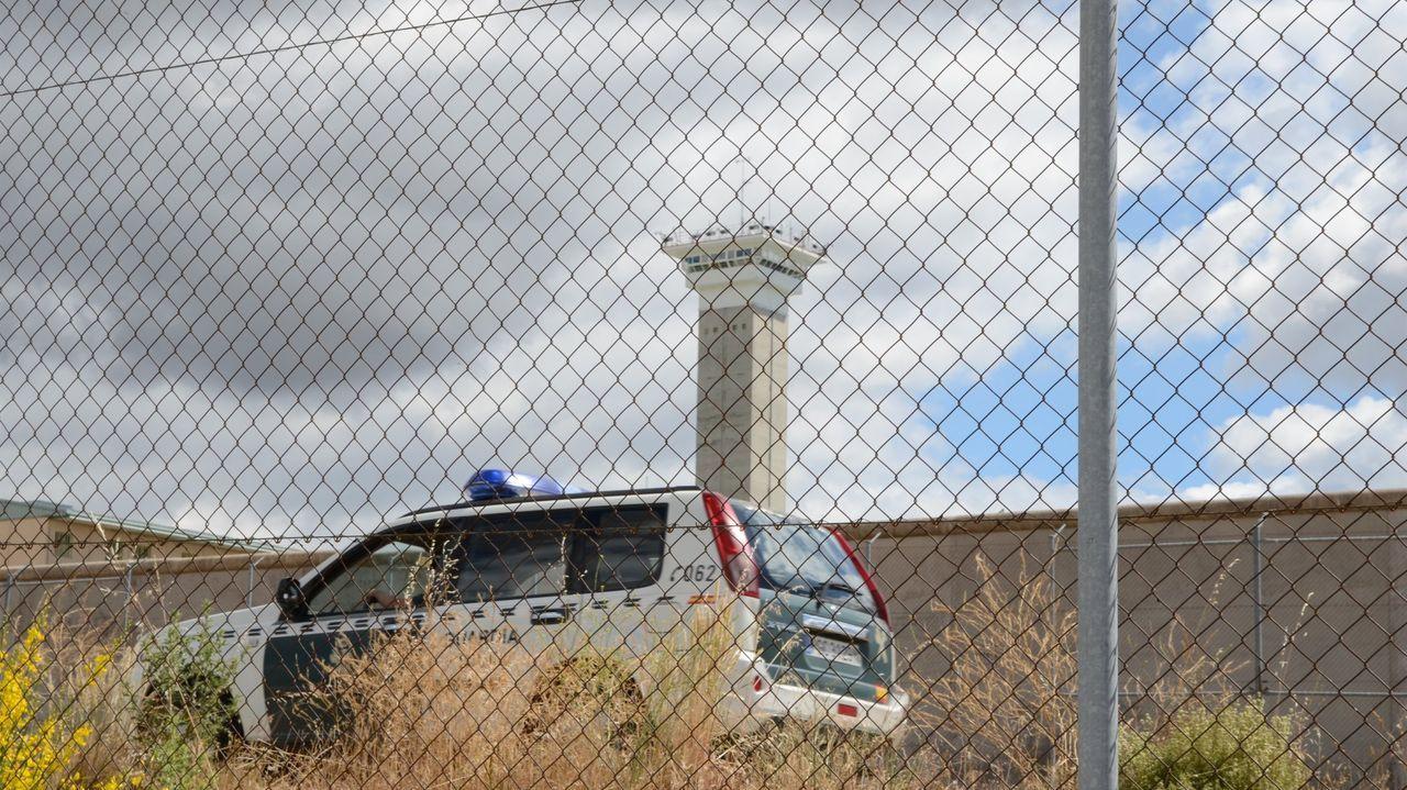 Un coche de la Guardia Civil en el interior de la cárcel de Soto del Real, en una foto de archivo.