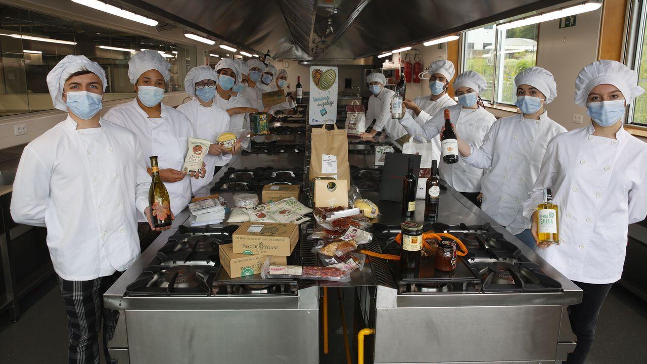 Los alumnos del CIFP Carlos Oroza de Pontevedra, con la selección de productos gallegos para el menú del intercambio