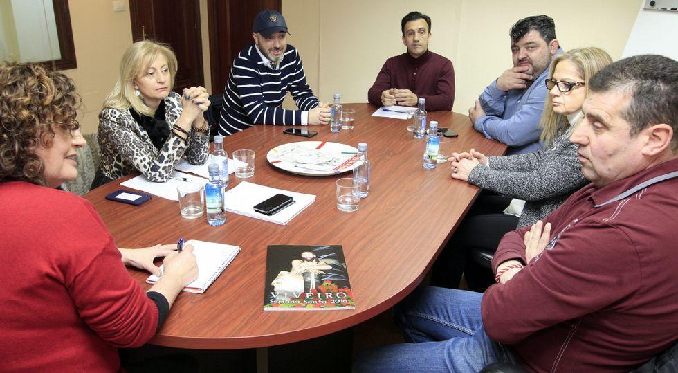 Representantes de las cofradías, el comercio, la hostelería y el Concello de Viveiro analizaron la importancia de la Semans Santa.