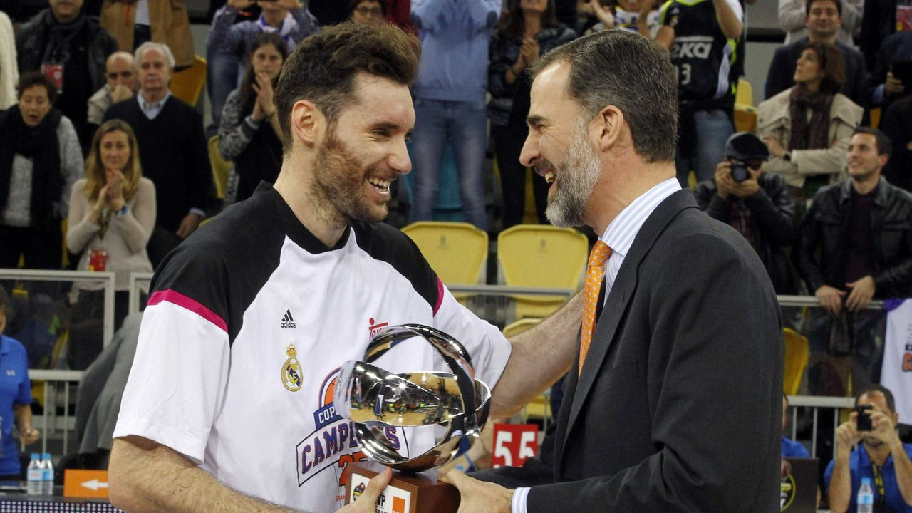 El alero del Real Madrid Rudy Fernández recibió de manos de Felipe VI el trofeo MVP tras ganar la Copa del Rey, en febrero del 2015