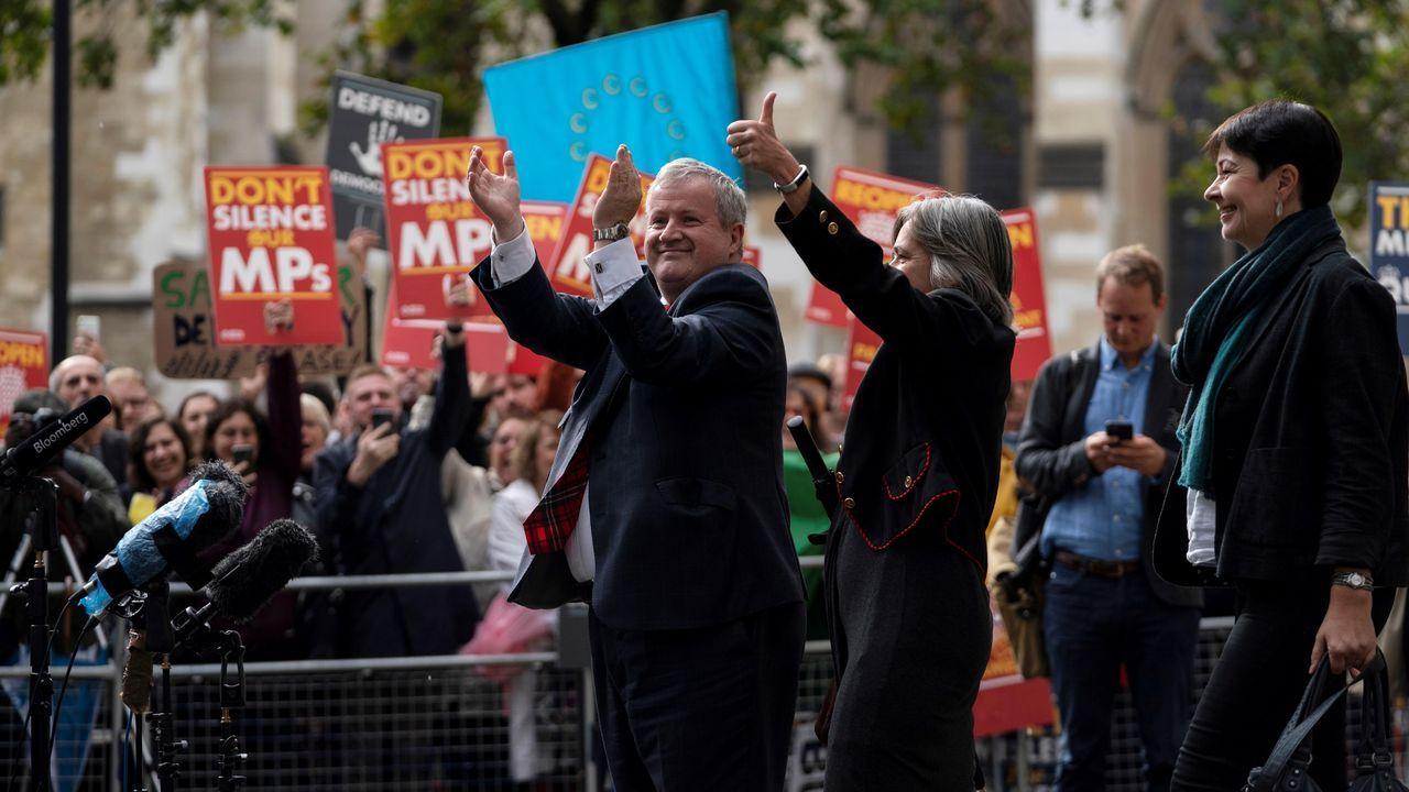 Júbilo entre los proeuropeos. Al grito de «Abrid el Parlamento» y «Johnson fuera», cientos de personas celebraron la decisión del Supremo, que se desbordó con la salida del tribunal de dirigentes del Partido Nacionalista Escocés, del galés Plaid Cymru y los Verdes
