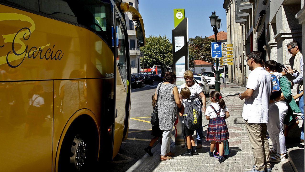 El teniente Nogueiras explica las medidas de seguridad del transporte.Albano y la pequeña Zeltia, ayer por la mañana llegando al CEIP Virxe do Carme de Burela