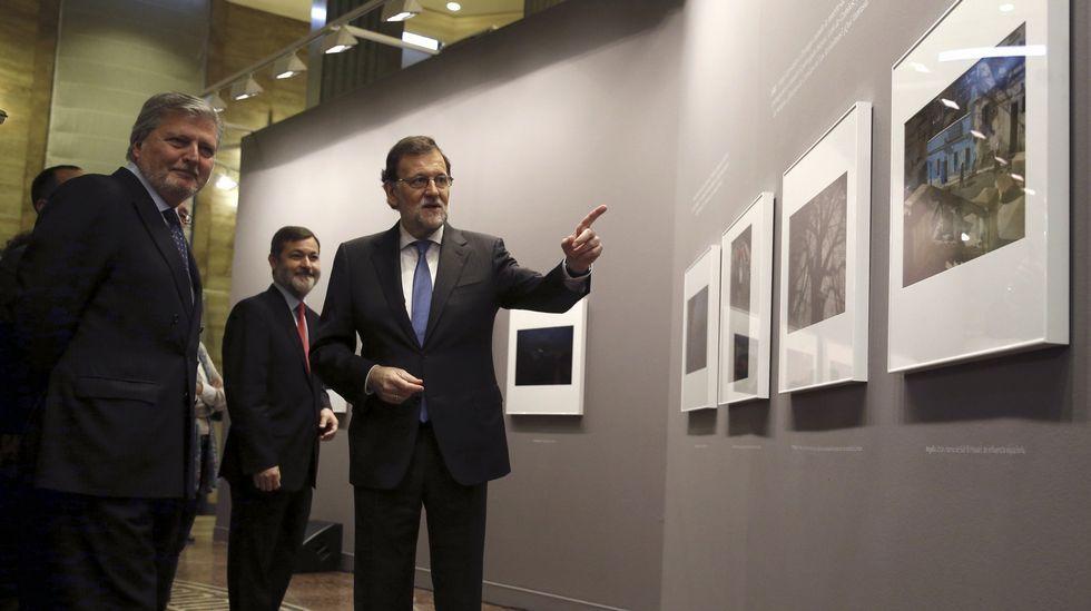 El presidente del Gobierno en funciones, Mariano Rajoy (d), acompañado del ministro de Educación, Iñigo Méndez de Vigo, ante la exposición fotográfica del Instituto Cervantes, durante su visita a la sede de la institución con motivo del IV Centenario del fallecimiento de Miguel de Cervantes.