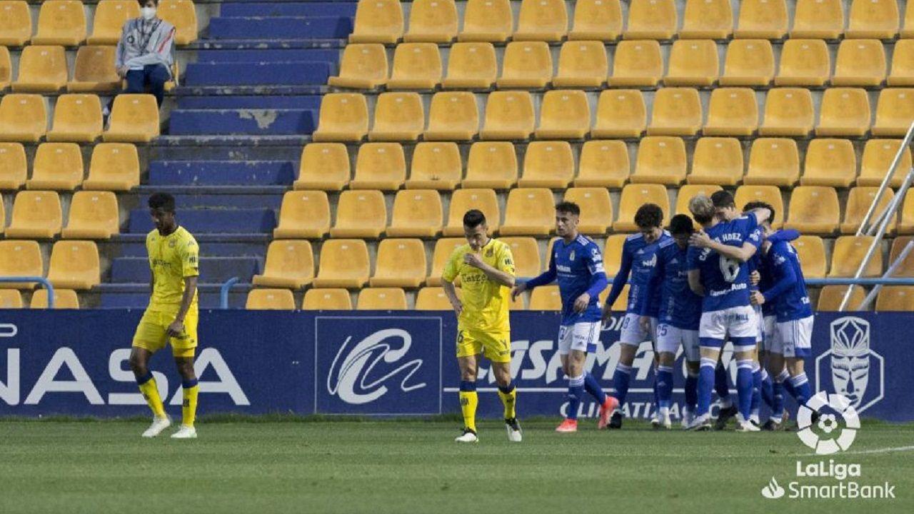 Los jugadores del Oviedo celebran el gol de Leschuk al Alcorcón
