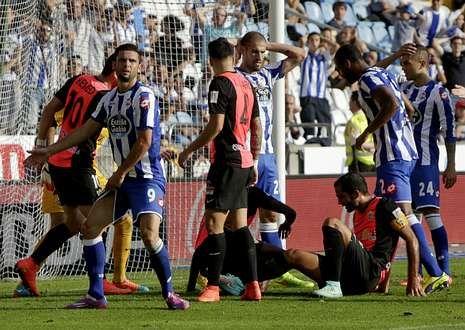 Víctor Fernández ensaya con defensa de cinco.Los blanquiazules se lamentan de una oportunidad fallada ante el Almería.