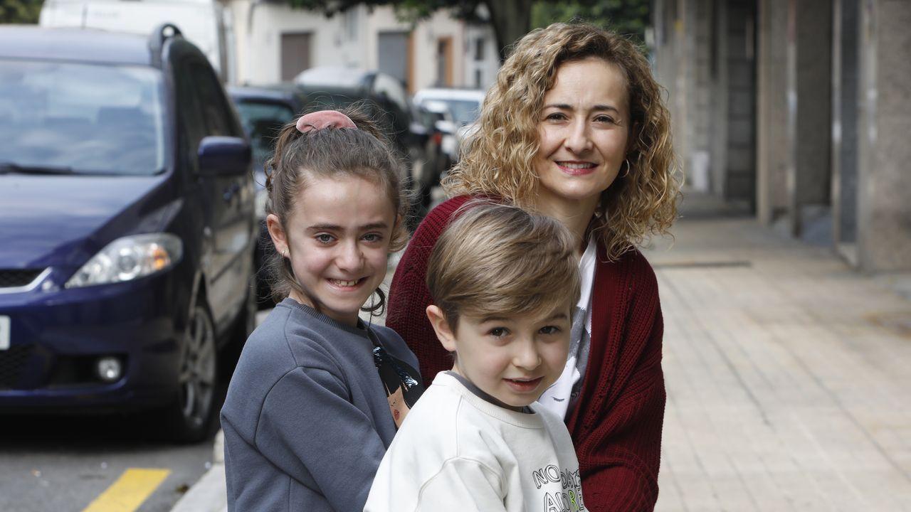 Stuart, Kathrine y su hija Ruby salen del hospital en Blackpool (Inglaterra) tras recuperarse de coronavirus virus