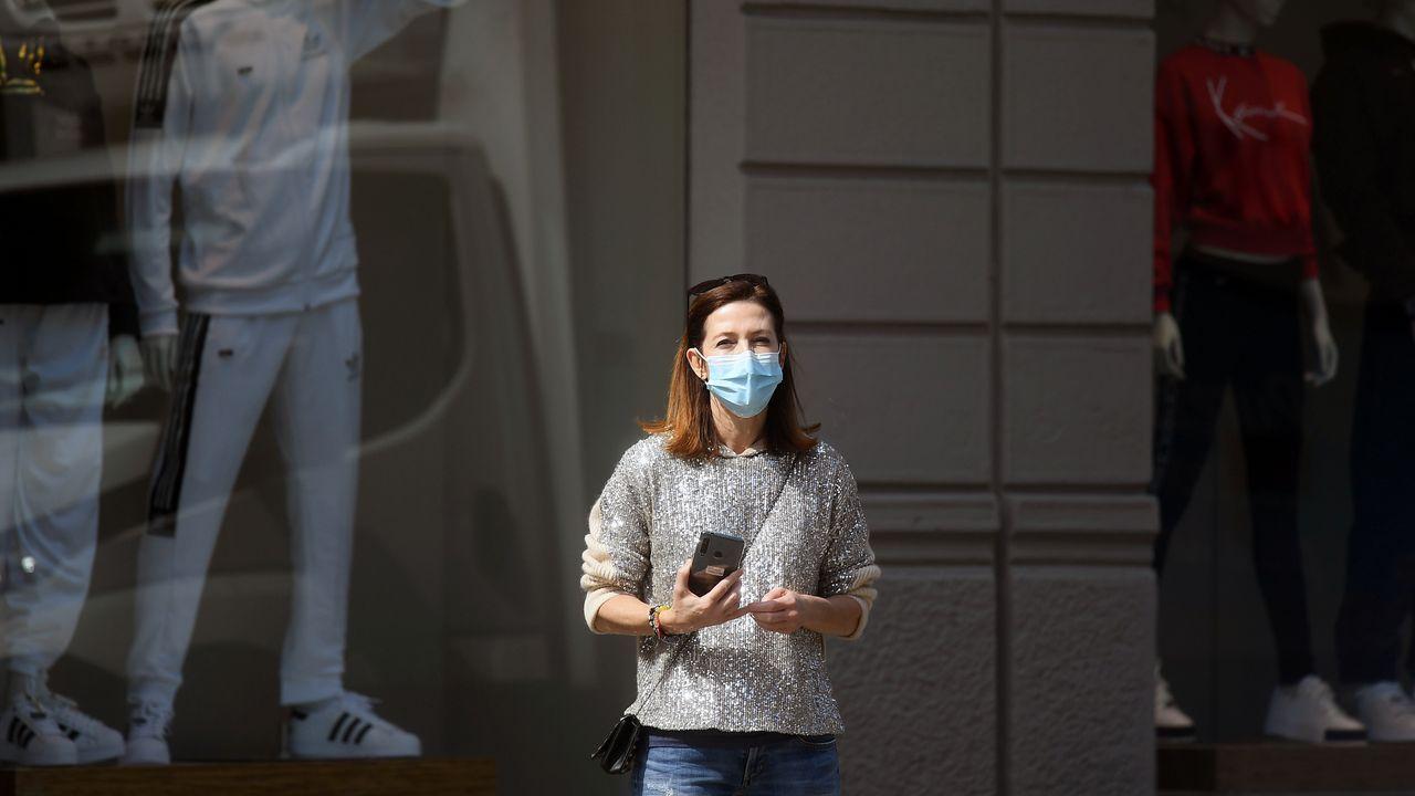 Una mujer con mascarilla en Milán, Italia.