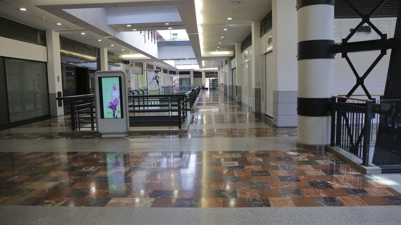 espacio.Una planta del centro comercial Espacio Coruña con la mayoría de los locales cerrados