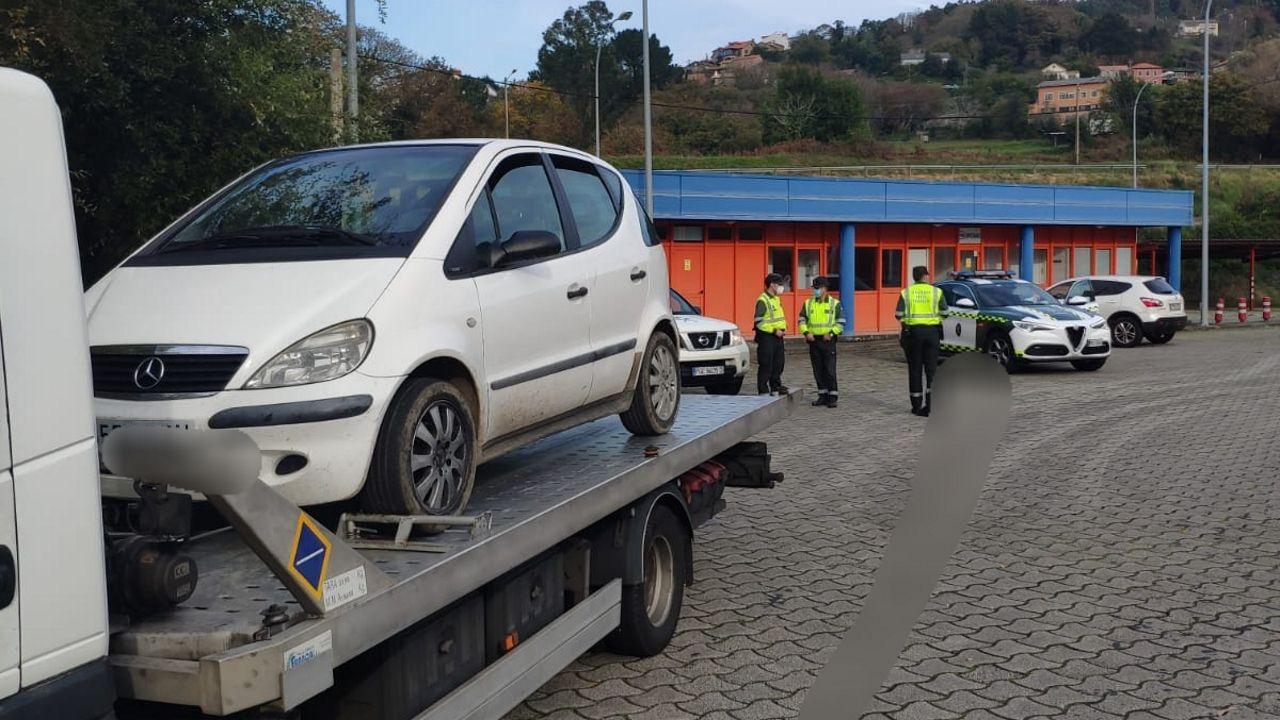 Coche intervenido por la Guardia Civil después de que su conductor fuera investigado dos veces por conducir sin el carné en vigor y saltarse el toque de queda