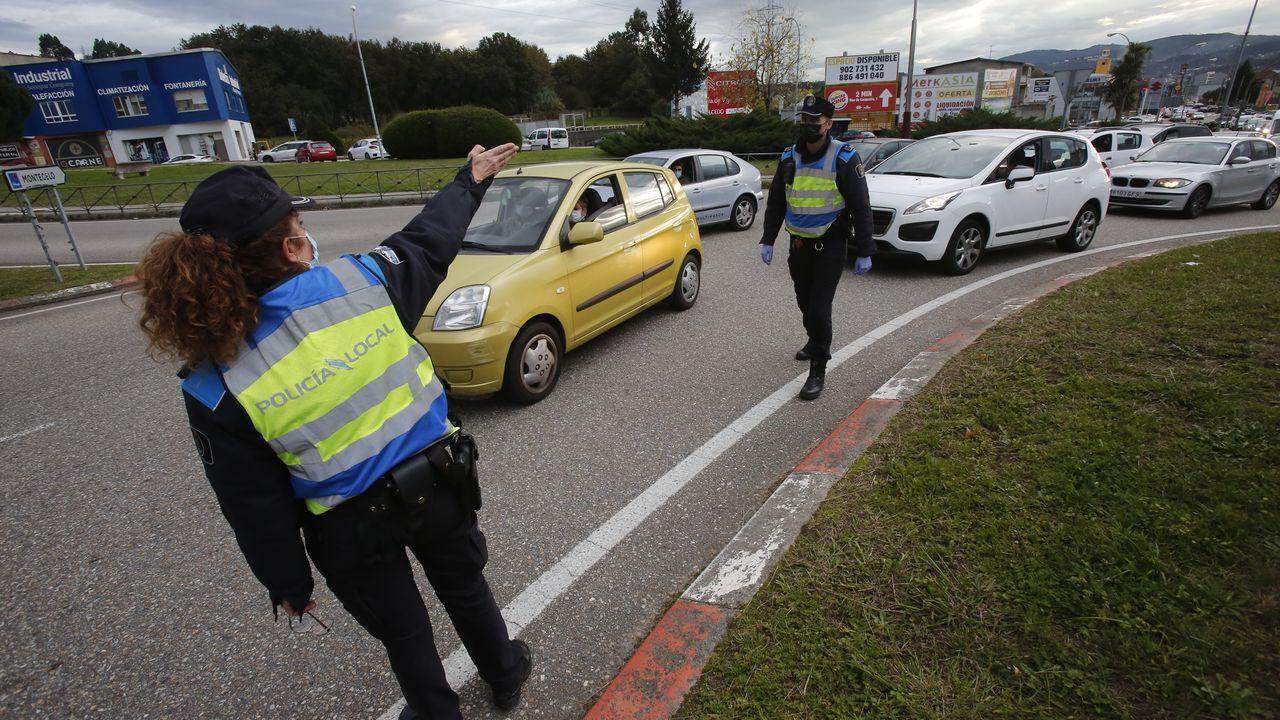 Galicia inaugura un mes de más restricciones entre protestas de la hostelería.Control de la Policía Local y la Guardia Civil en la avenida de Lugo de Pontevedra