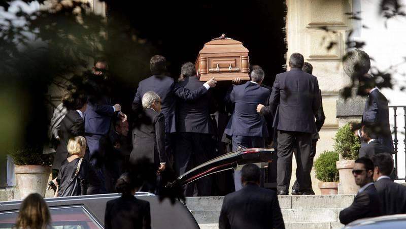 La familia llora la pérdida.Iván Redondo, en el centro, asesor de Pedro Sánchez