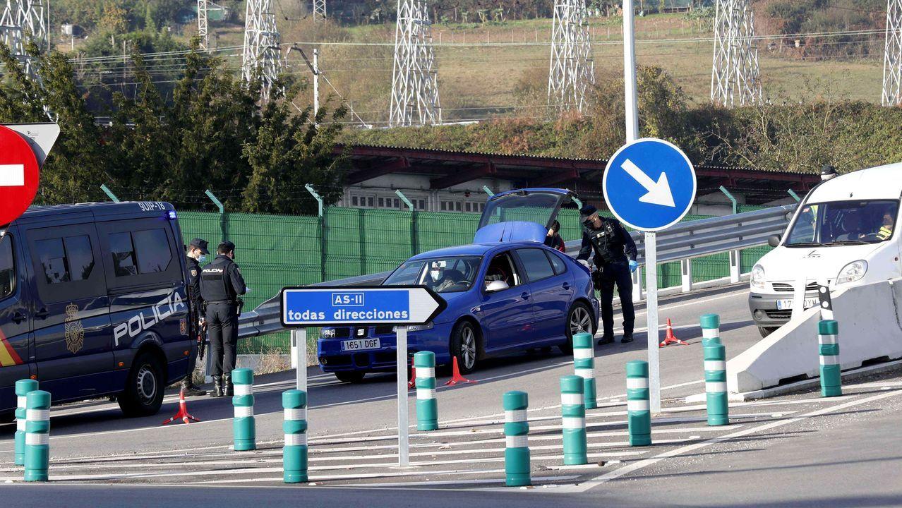 Vista de un control de la Policía Nacional a la entrada de Oviedo