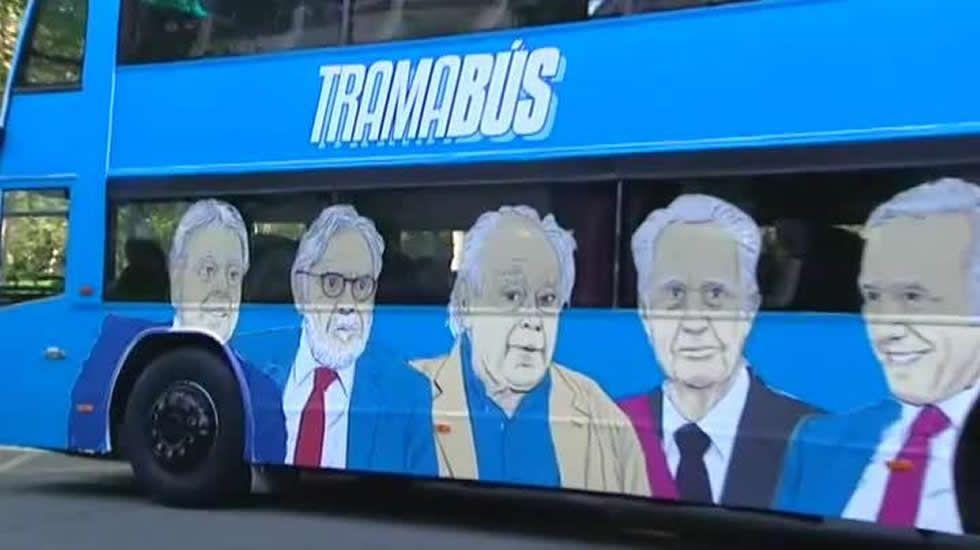 Podemos presenta el autobús de la trama: el «Tramabús».Jordi Pujol y su mujer, Marta Ferrusola