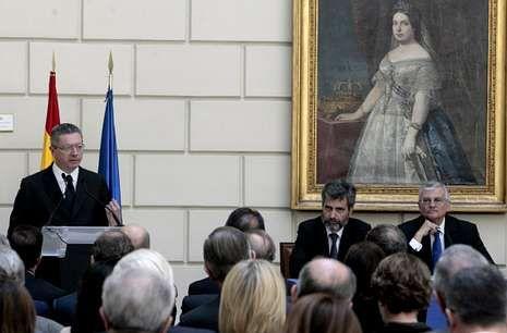 Ruiz-Gallardón con el presidente del Tribunal Supremo, Carlos Lesmes y el fiscal general del Estado, Eduardo Torres-Dulce, durante el acto de presentación del Libro Blanco de la Justicia.