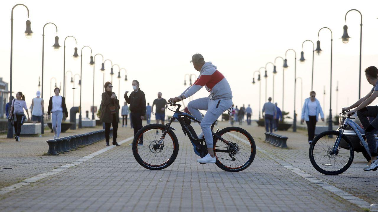 Gente paseando, a pie y en bicicleta, en Vilagarcía