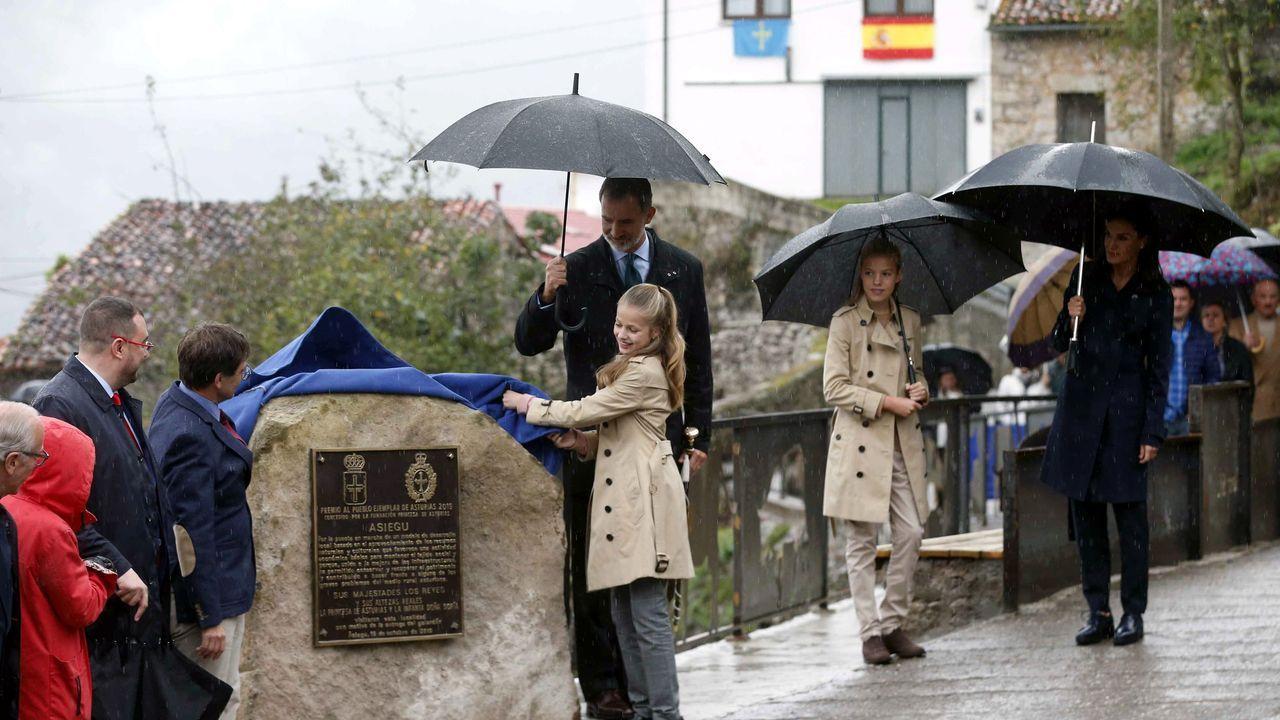 Todas las imágenes de la familia real en Asiegu. El rey Felipe VI (i), la princesa Leonor (2i), la infanta Sofía (2d) y la reina Letizia (d) sonríen durante su visita a Asiegu,