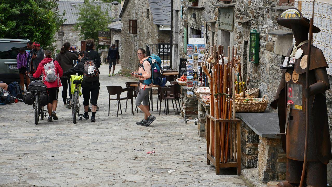 O Cebreiro, muy animado con la presencia de peregrinos, especialmente ahora que se acerca el día 25 de julio