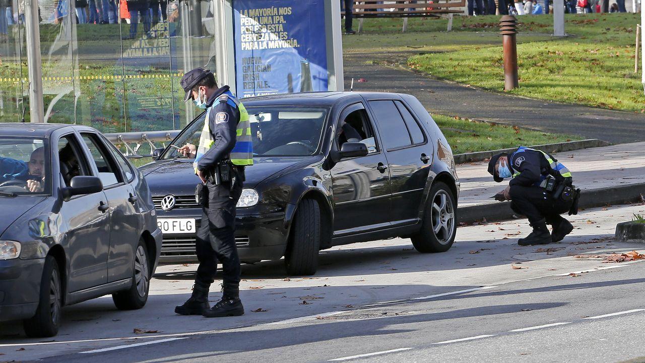 Los efectos de Dora en las carreteras lucenses.Un coche de autoescuela circulando por Lugo