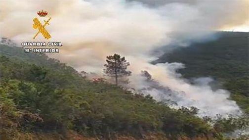 Un incendio afecta a varias naves del polígono industrial de O Ceao.Incendio forestal