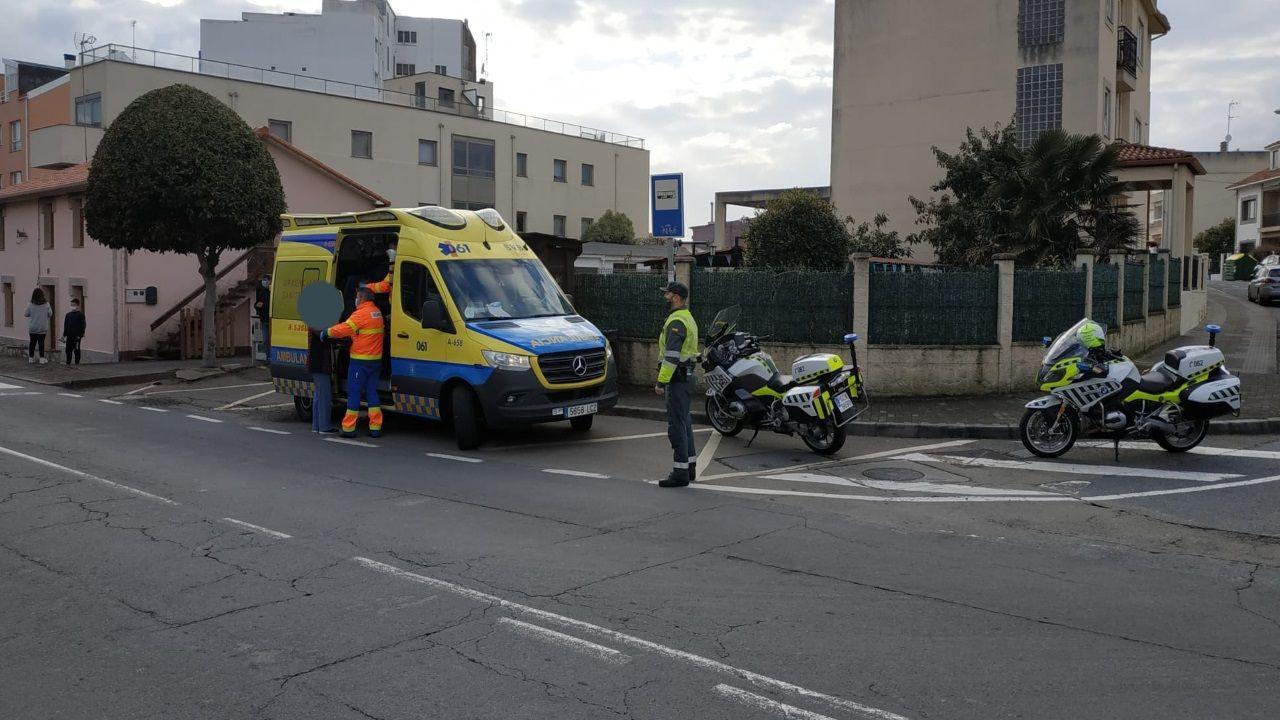 Agentes de la Guardia Civil y sanitarios atienden a la víctima tras la caída