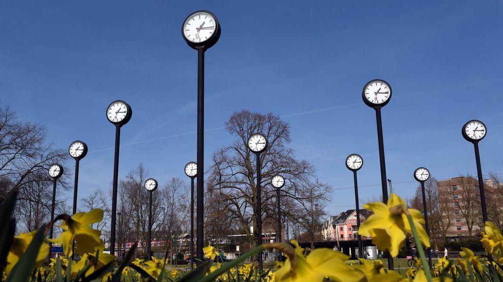 Relojes en el parque de Volksgarten de Duseldorf