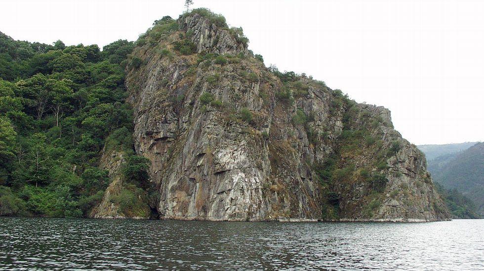 El castro de Marce es escenario de las leyendas de los xacios, unos seres acuáticos que vivían bajo las aguas del Miño. El paraje forma parte de la ruta de Augacaída, en Pantón