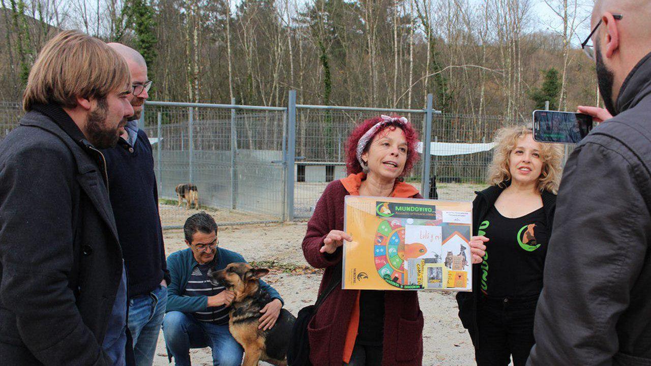 Visita de miembros de Podemos a la protectora de animales del Oriente