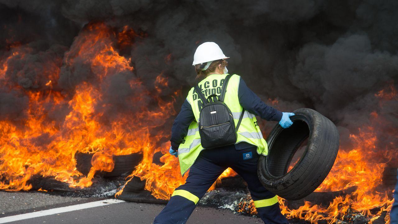Trabajadores de Alcoa cortan la A-6 en Outeiro de Rei.Nazario Arias era el trabajador más veterano de Alcoa en la planta de A Gela