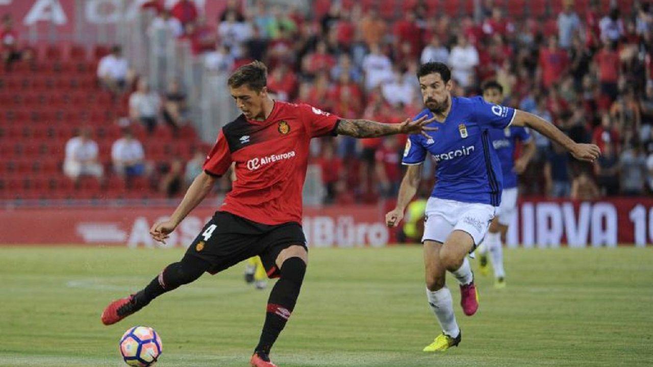 Tejera Real Oviedo Extremadura Carlos Tartiere.Toché presiona a Raíllo en el Mallorca-Oviedo de la 16/17