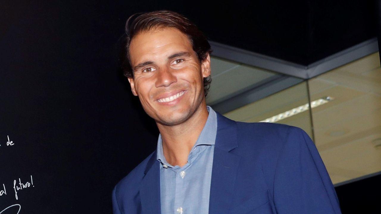 El tenista español Pablo Carreño devuelve la bola a la gala Benoit Paire durante su partido de tercera ronda del torneo Roland Garros este viernes en París (Francia)